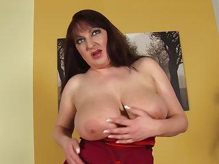 Amateur wife Kassandra spreads her legs wide please her old cunt